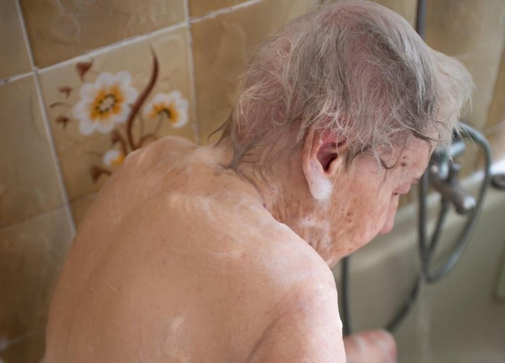 how to overcome resistance to bathing in dementia
